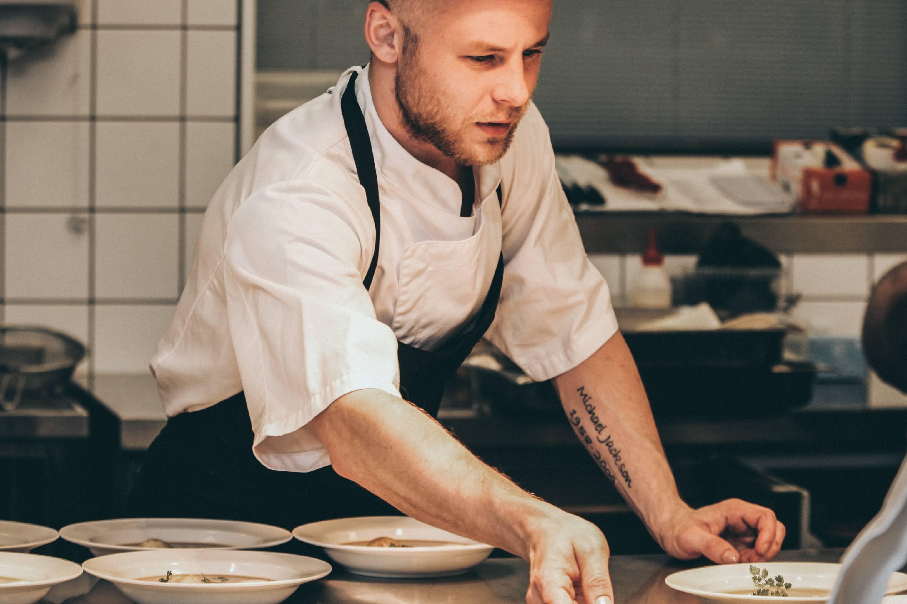In samenwerking met de chef kok en of de souschef ben jij verantwoordelijk voor het samenstellen en bereiden van schotels, gerechten en/of maaltijden. Dit doe je met alle liefde om de gast optimaal te laten genieten van jouw gerecht!