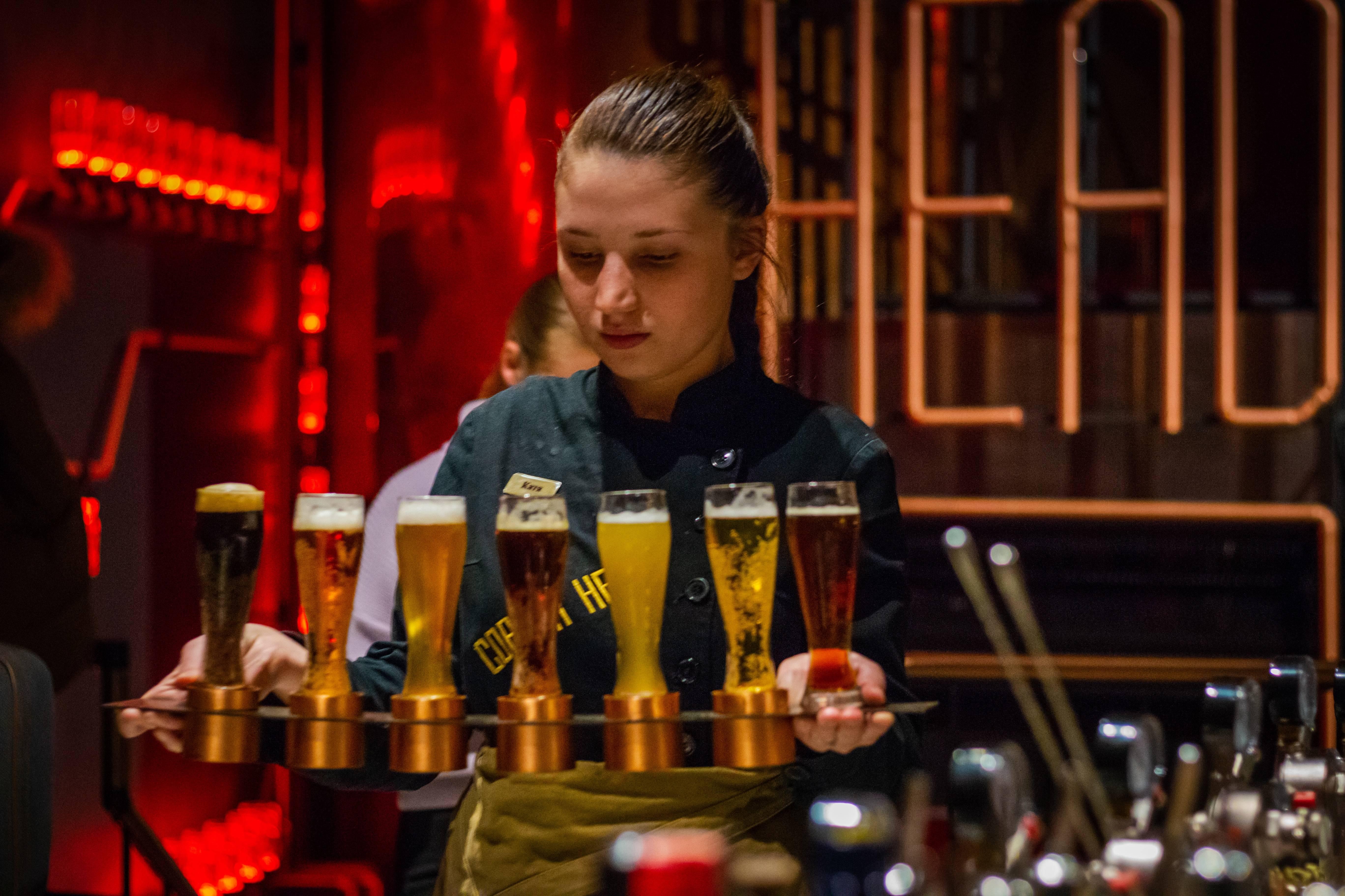 Als bedieningsmedewerker serveer jij gerechten en drankjes, maak je de bestellingen op en geef je ze door aan de keuken of de bar. Jij bent het gezicht en dus de lach van ieder bedrijf:)