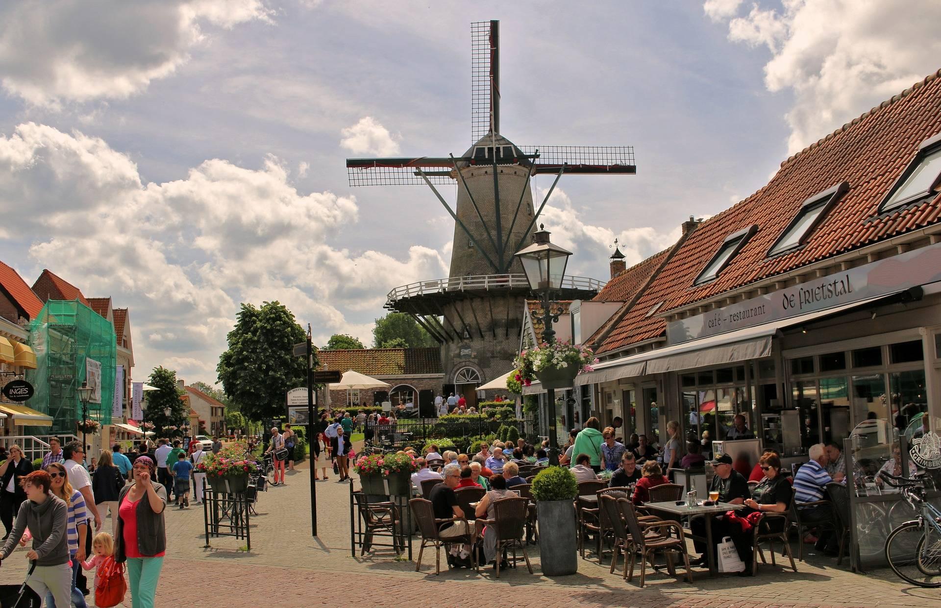 Werken op Zeeuws Vlaanderen betekent keuze uit zinderende strandtenten, gezellige bourgondische restaurants in de gezellige steden zoals Sluis en Hulst. Langs de kust kun je aan het werk in de bediening, (hulp)kok en in de afwas. Kortom volop werk!